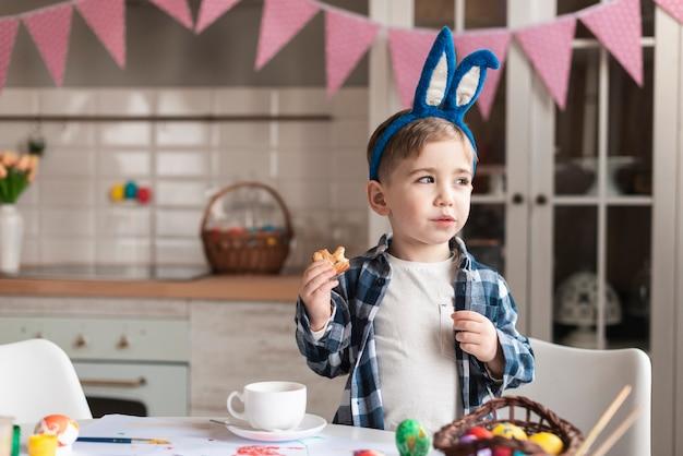 Портрет прелестный маленький мальчик с ушками зайчика