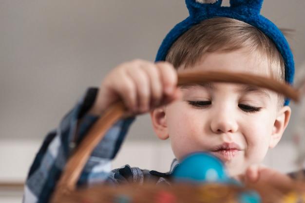 バスケットを持って愛らしい小さな男の子の肖像画