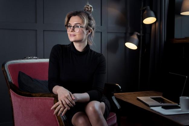 離れているオフィスで自信を持って女性実業家