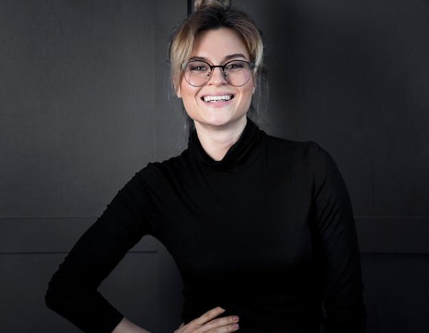 Портрет уверенно молодая женщина улыбается