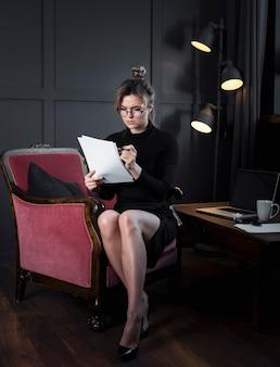 オフィスで働く実業家の肖像画