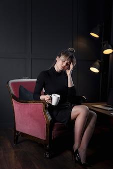 Портрет профессионального бизнес-леди устал в офисе