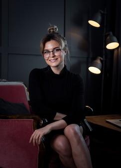 笑みを浮かべて自信を持って女性実業家の肖像画