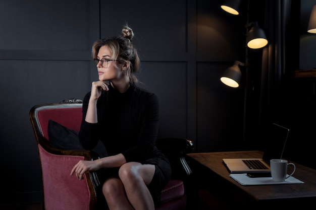 考えて自信を持って女性実業家の肖像画