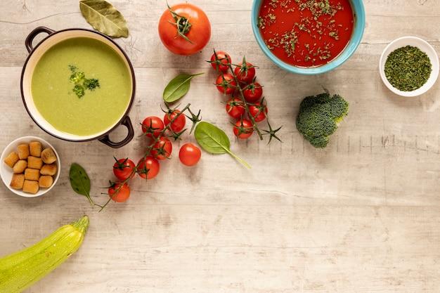 木製の背景に野菜のクリームスープ