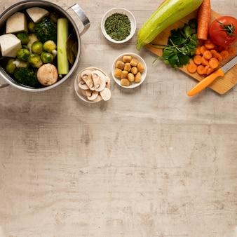 さまざまな野菜やスープの材料
