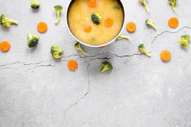 ボウルにニンジンとブロッコリーのスープ