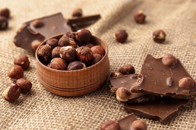 Высокий угол шоколада с фундуком на мешковине