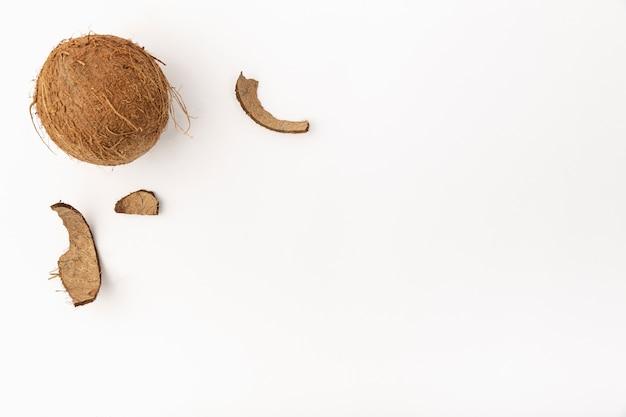 ココナッツのシェルとコピースペースのトップビュー