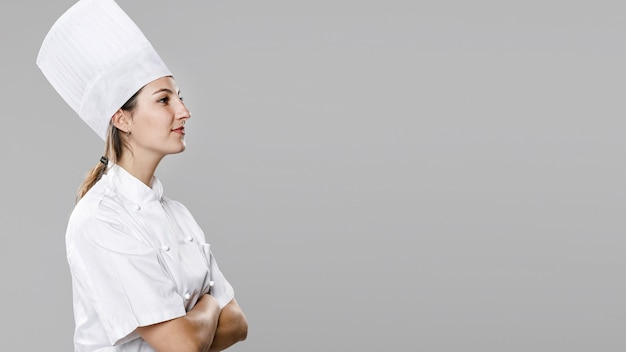 Вид сбоку женского шеф-повара с копией пространства