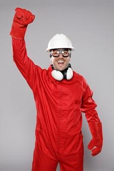 興奮して男性の建設労働者の正面図