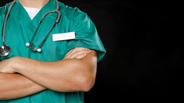 組んだ腕を持つ男性医師