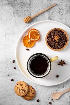 フラットレイコーヒーと食材をトレイに