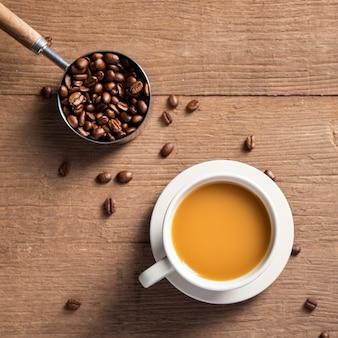 コーヒー豆とフラットレイアウトコーヒーカップ