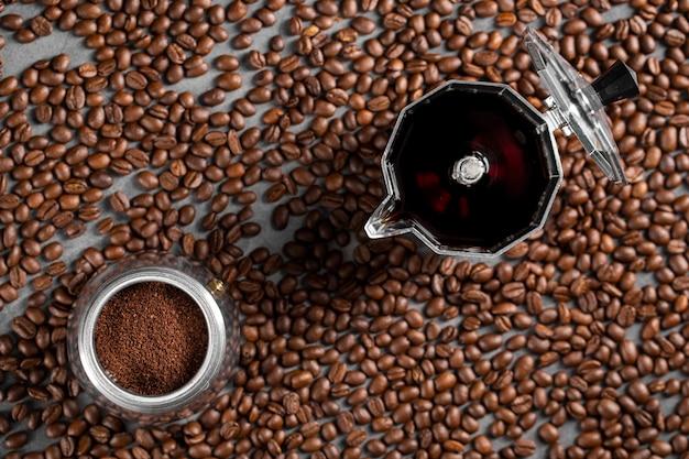 フラットレイコーヒー豆とコンテナー内の粉末