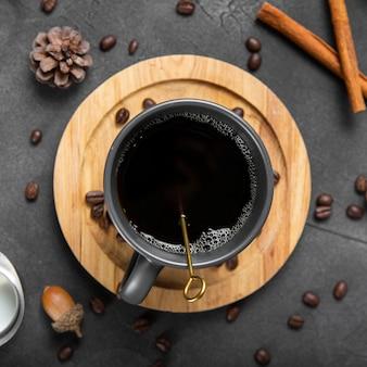 Плоская кружка для кофе на деревянной доске