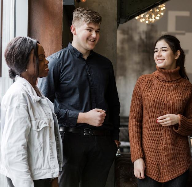 Группа позитивных молодых людей, собирающихся вместе