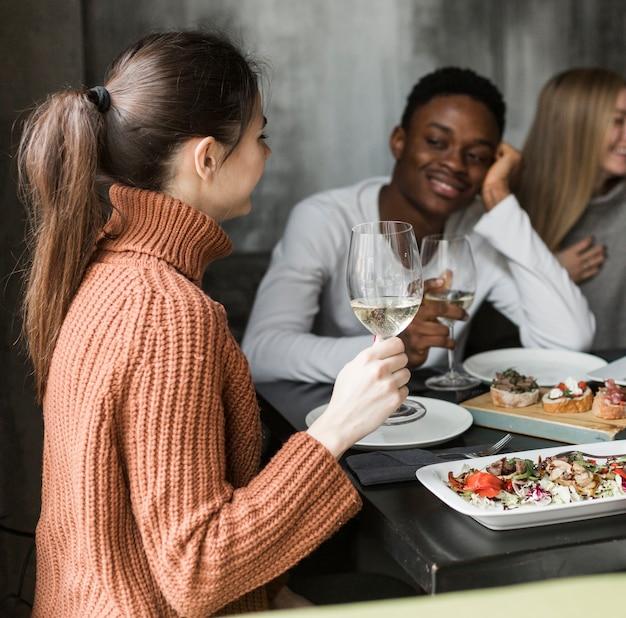 若い男と女が一緒に夕食