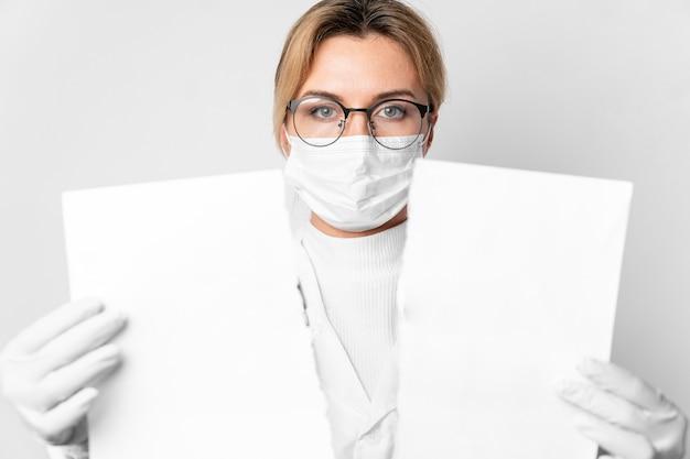 空白の紙を保持している医者の肖像画