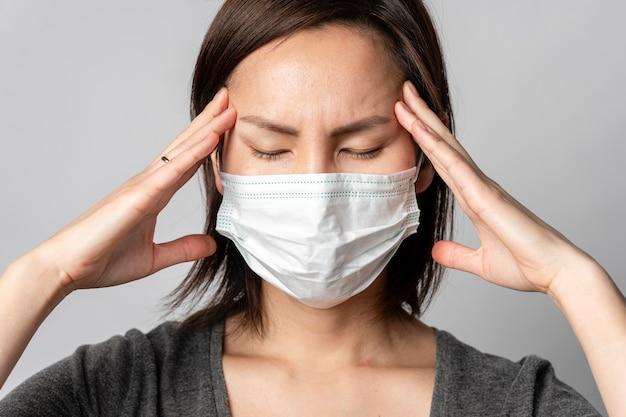 発熱と病気の症状を持つクローズアップ成人女性