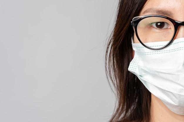 Макро взрослая женщина носить хирургическую маску