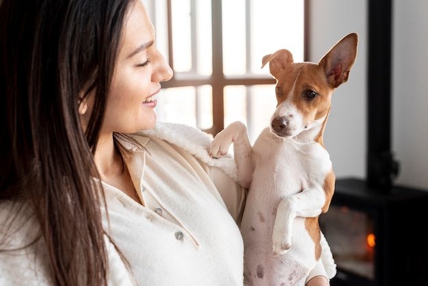 Вид сбоку смайлик женщина позирует со своей собакой