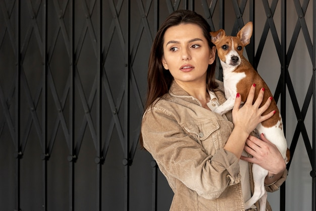 Женщина и собака позирует