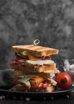 Тарелка с бутербродами тост