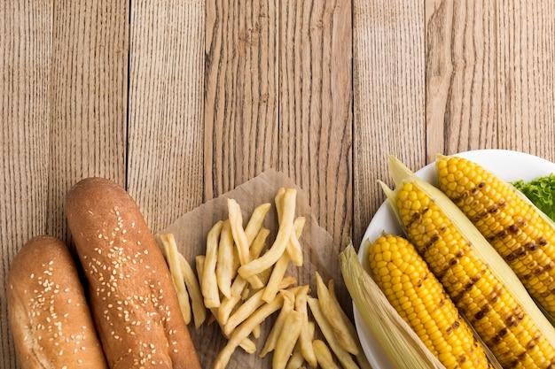 Вид сверху кукурузы и картофеля фри
