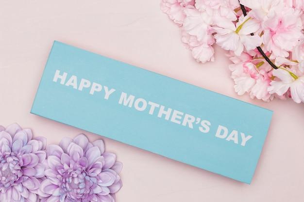 Вид сверху цветов и поздравление с днем матери