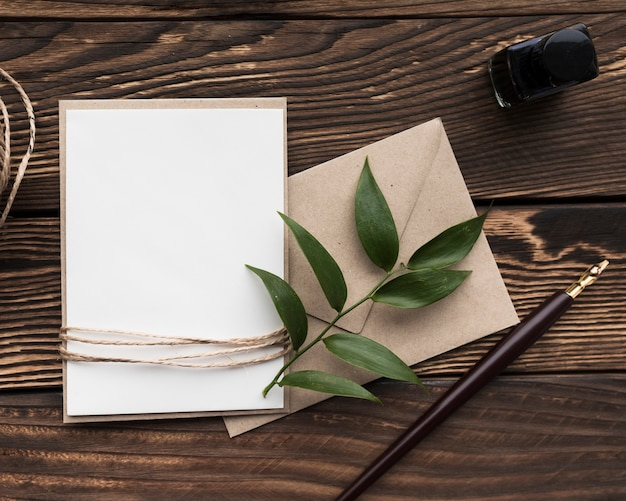 テーブルの上のトップビュー結婚式招待状