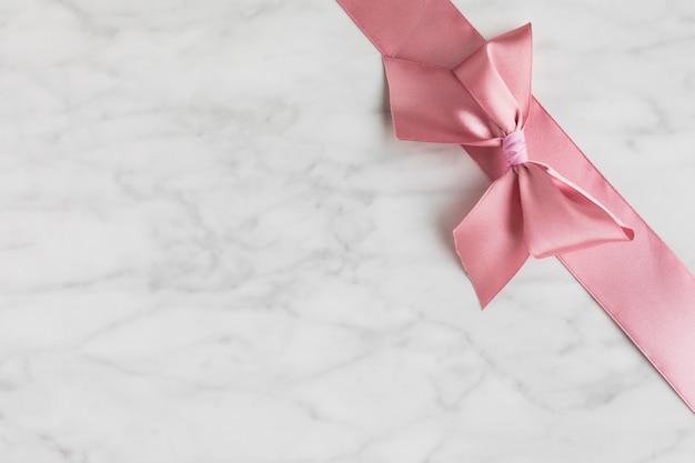結婚式のためのコピースペースリボン装飾