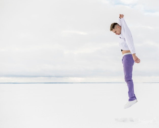 コピースペースで踊る男性のヒップホップアーティストの側面図