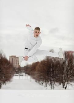 男性のヒップホップアーティストによる空中ポーズ