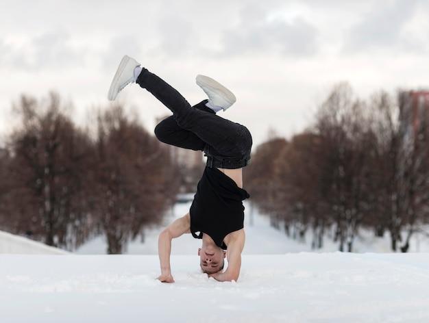 Художник танцует хип-хоп снаружи