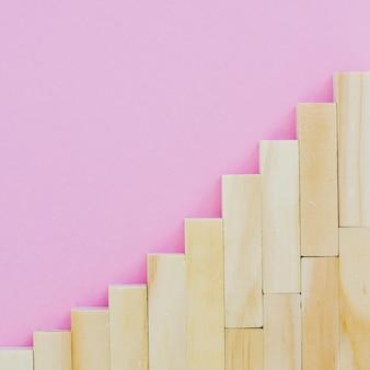 階段を作るために配置された木製のブロック