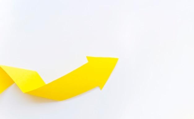 Желтая бумага стрелка с копией пространства