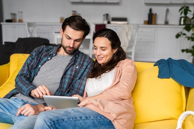 Жена и муж в гостиной