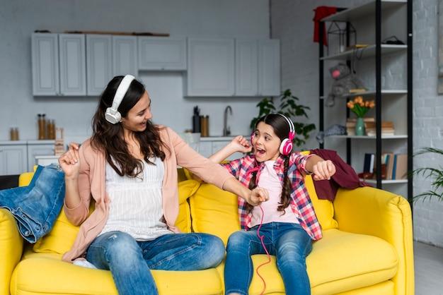 Мать и дочь слушают музыку