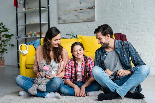 Родители гордо смотрят на свою дочь