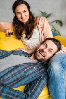 若いカップルが一緒に時間を過ごす