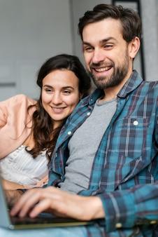 若いカップルがインターネットを閲覧