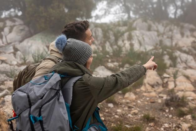 自然の中でバックパックを持つミディアムショットの人々