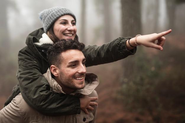 Люди среднего размера с широкими улыбками