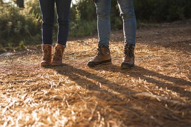 茶色のブーツを持つ人々をクローズアップ