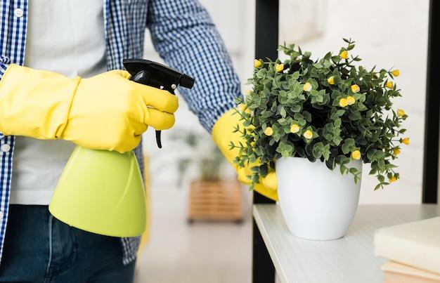 Человек поливает растение