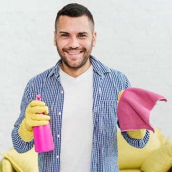 幸せな男のぼろを押しながら製品を洗浄