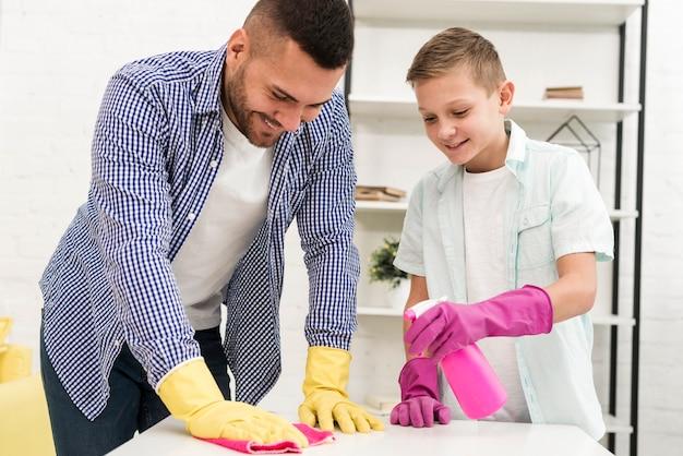 家を掃除する父と息子の正面図