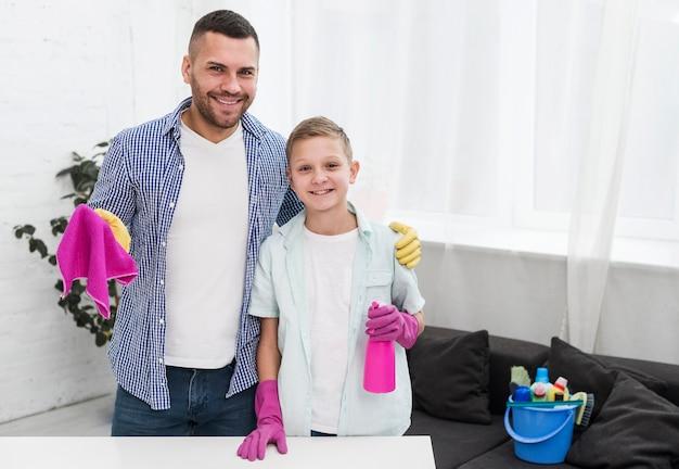 父と息子が家を掃除しながらポーズ