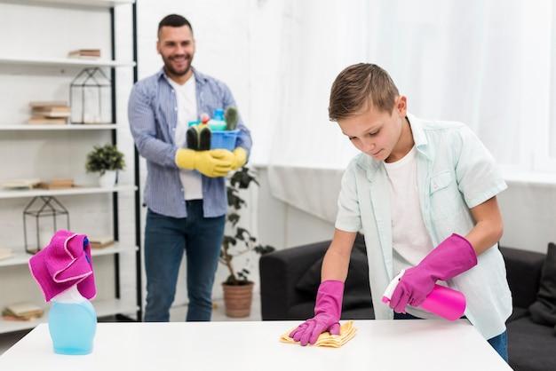 息子の掃除を見ている父の正面図